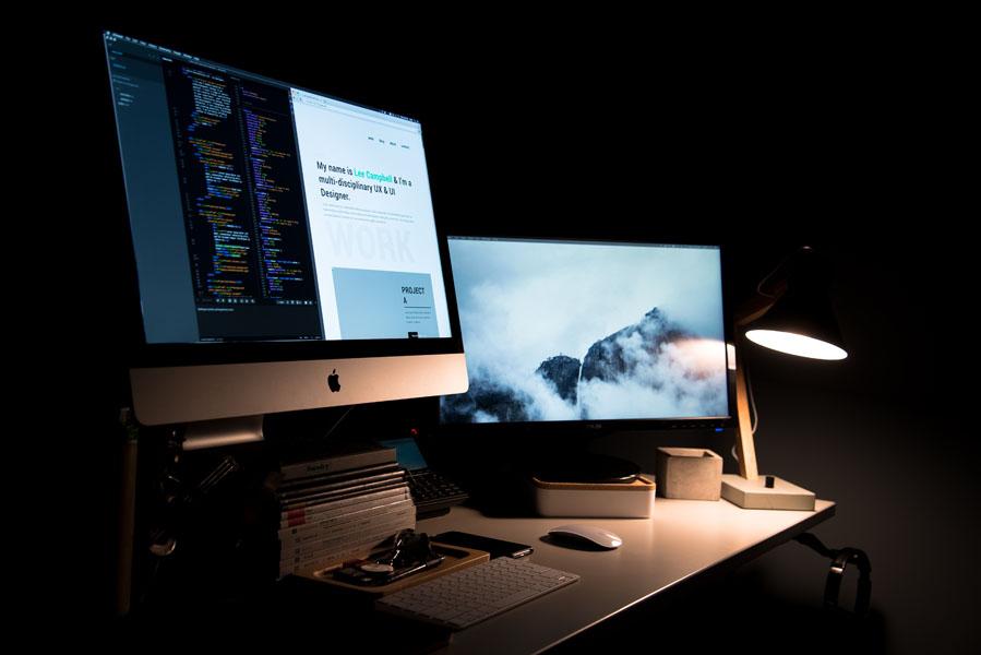 Schreibtisch mit Computerbildschirmen, Webdesign, elizarasche web&printdesign